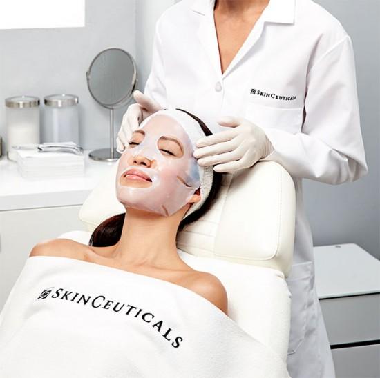 A Biocelullose, da Skinceuticals, é indicada após os procedimentos estéticos: ela repõe a água da pele, diminui os desconfortos e deve ser aplicada por uma dermatologista (R$ 250) - vem ver mais máscaras!