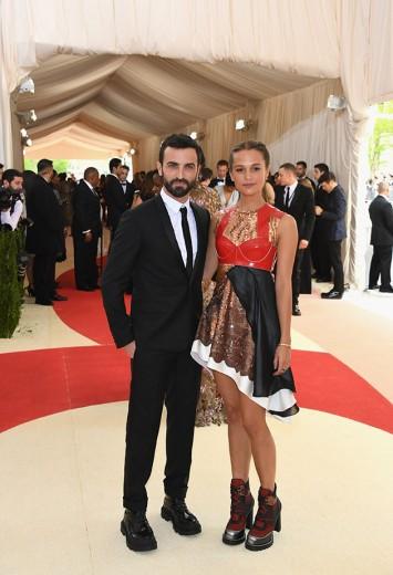 Nicolas Ghesquière, estilista que em breve vem pro Brasil pro desfile da Louis Vuitton, e a sua musa Alicia Vikander de LV, claro - vem ver mais!