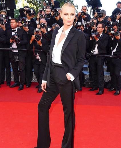 A diva Charlize Theron fez sucesso com esse smoking da Dior. Clica na foto pra ver os outros looks!