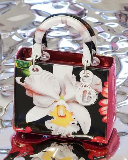 """Versão de Marc Quinn pra Lady Dior, inspirada na sua série """"In the Nigh Garden"""" - clica pra ver mais!"""