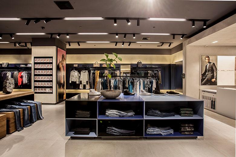 6e475ccfe370a Calvin Klein inaugura uma nova loja com todas as suas linhas ...