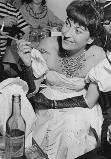 Aqui uma foto de Lina Bo Bardi usando o colar original, em 1948