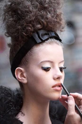 O make da Chanel é assinado por Tom Pecheux. Clica na foto pra ver mais desta maquiagem e também a beleza da Versace e da Dior!