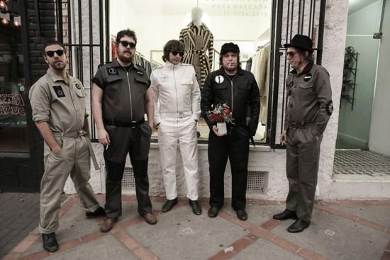 João Pimenta assina o figurino da próxima turnê da banda Cachorro Grande, clica na foto pra conferir!