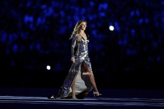 Ela não anda, ela desfila: Gisele Bündchen brilhando (literalmente) de Alexandre Herchcovitch na abertura das Olimpíadas 2016 no Rio