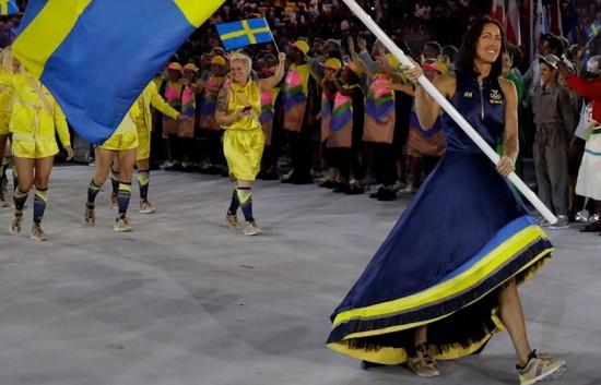 A Suécia e a H&M se preocuparam com sustentabilidade pra conceber os uniformes do time. Até o vestido da porta-bandeira é feito com tecidos reciclados! Vem ver mais, é só clicar na foto