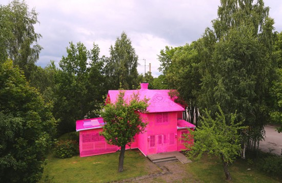 A casa rosa de Olek, símbolo de um futuro de esperança! Clica na galeria pra ver mais :)