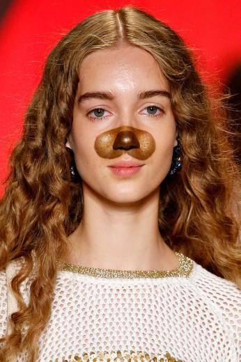 Os filtros do Snapchat invadiram a passarela da Desigual! Olha que fofo o make inspirado no cachorrinho - clica na foto pra ver mais!