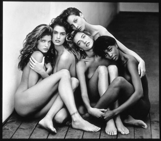 Um dos cliques mais famosos de Herb Ritts é esse: as supermodelos Stephanie Seymour, Cindy Crawford, Christy Turlington, Tatjana Patitz e Naomi Campbell em 1989! Clica pra ver mais!