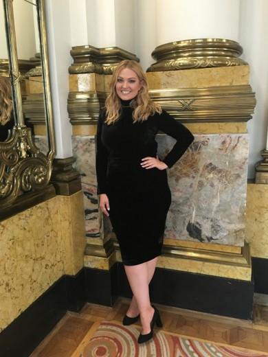 Essa é Justine LeGault no Teatro Munipal, pronta pra fotografar a campanha da Elegance Plus Size! Clica pra ver mais