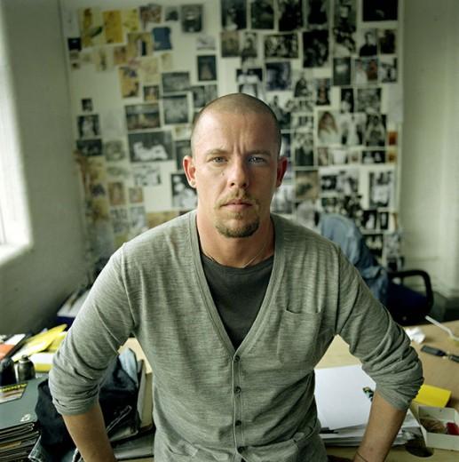 Pra relembrar, este é Alexander McQueen, estilista cuja história vai inspirar um filme. Quais atores combinam com o papel? Clica pra ver nossa opinião