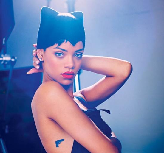 Olha a Rihanna com um chapéu de Flora McLean. A designer também já desenvolveu peças que foram parar nas cabeças de Lady Gaga e Kate Moss. Clica na foto pra conferir nossa entrevista com ela!