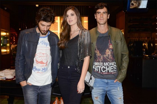 Chay Suede, Camila Queiroz e Marcos Pitombo no lançamento da John John