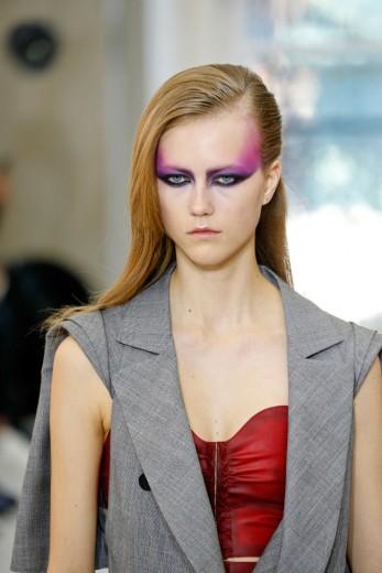 Na Louis Vuitton o olho aparece superexagerado, com delineado preto e o rosa extrapolando pro rosto. Clica pra ver mais!