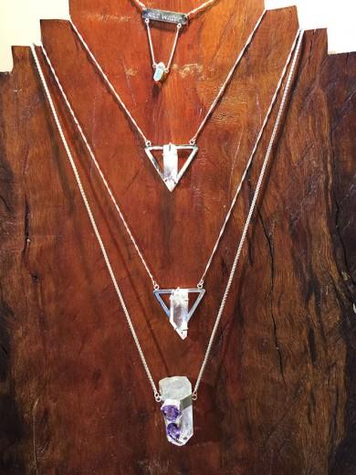 A Misfit faz joias com cristais naturais; clica pra conhecer o trabalho da marca!