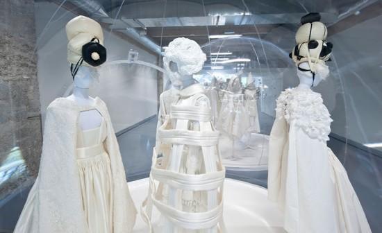 """O trabalho de Rei Kawakubo já foi tema de uma exposição solo em 2012. Esse é um clique da mostra """"White Drama"""" (drama branco) no Cité de la Mode et du Design, em Paris. Clica pra conhecer mais da história da estilista!"""