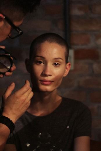 A modelo Katia André é uma do time das cabeças raspadas - clica pra ver mais!
