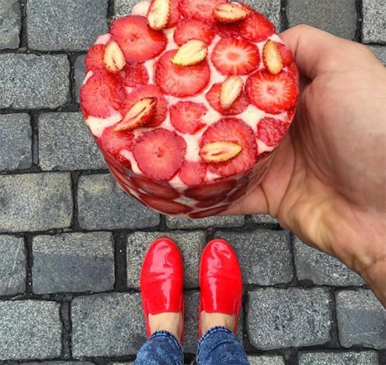 Conheça o Instagram de Tal Spiegel, um chef pâtissier de Paris que une moda e gastronomia em seu perfil! Esse doce da foto é uma genoise com morangos da pâtisserie de Yann Couvreur. Clica na foto pra ver mais!