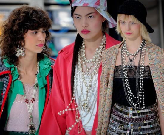 A Chanel usou e abusou das pérolas na sua primavera-verão 2017. Curte os colares longos usados ao mesmo tempo? Clica na foto pra ver mais!