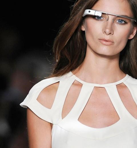 """O desfile de primavera-verão 2013 da Diane von Furstenberg teve Google Glasses. Acha isso super """"Black Mirror""""?  Confira abaixo momentos tecnológicos na passarela!"""