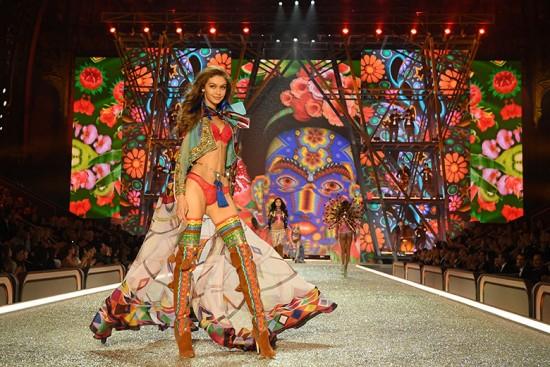 Gigi Hadid no desfile da Victoria's Secret de 2016 - vem ver mais!