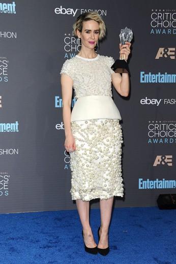 """Sarah Paulson ganha prêmio por seu papel na TV em: """"American Crime Story: The People v. O.J. Simpson"""". Ela é uma das que apostam no branco pro tapete vermelho, de Vera Wang! Vem ver mais"""