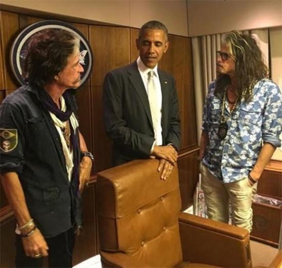 Encontro entre Barack Obama, Joe Perry e Steven Tyler - vestido de Cavalera! Clica pra ver mais!