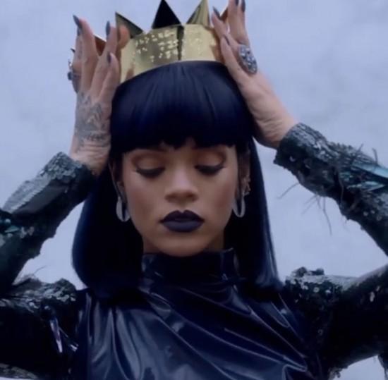 """Quer ver as coisas mais legais que a Rihanna compartilhou no Instagram em 2016? Então clica na foto e acessa a galeria. Essa com a coroa é uma das imagens de divulgação de seu álbum """"Anti"""" - que a gente não parou de ouvir nesse ano!"""