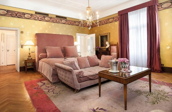Olha a suíte que o Karl Lagerfeld fez no hotel de Berlim Patrick Hellmann Schlosshotel. Clica na foto pra ver mais!