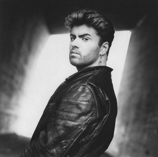 RIP George Michael, relembre a relação do cantor com a moda.  Clica na foto pra acessar a galeria