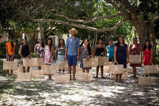 Samuray Martins, criador do Projeto Akra, com as artesãs da comunidade de Manoelzinho - confere mais clicando na foto!