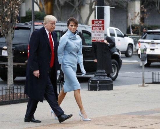Donald Trump e Melania - ela usa um look Ralph Lauren azul claro
