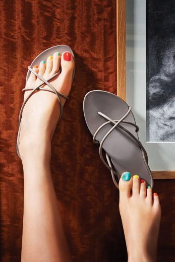 Novas cores das sandálias Ipanema em parceria com Philippe Starck! A da foto custa R$ 59,99 - clica pra ver mais