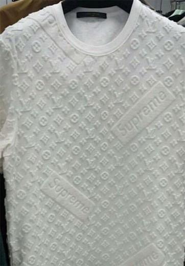 A imagem da blusa que circula pela internet: Vuitton e Supreme, de inimigos no tribunal a parceiros?