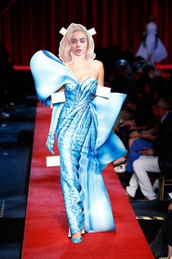 O que será que Katy Perry vai usar no tapete vermelho do Grammy? Moschino é uma das nossas apostas! Afinal, a cantora é amiga de Jeremy Scott, o estilista da marca. O vestido da foto é de  primavera-verão 2017. Clica pra ver as outras previsões!