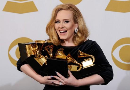 Vem se inspirar com os looks da Adele no Grammy - clica na foto!
