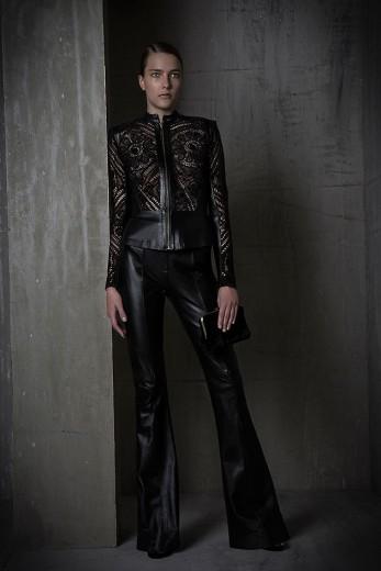 O inverno de Martha Medeiros se inspira nos jardins de Burle Marx! A jaqueta de renda custa R$ 7.980 e a calça R$ 4.980