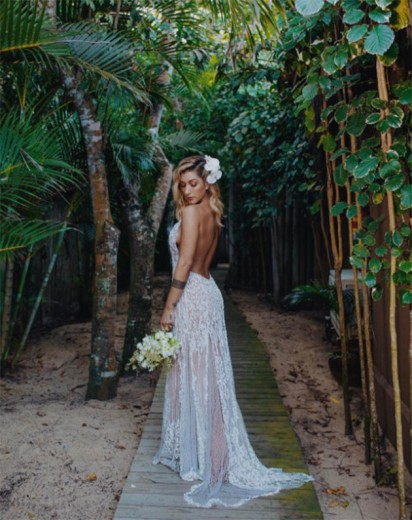 O vestido da noiva é Lethicia Bronstein, com decotão e todo bordado - clica pra ver mais!
