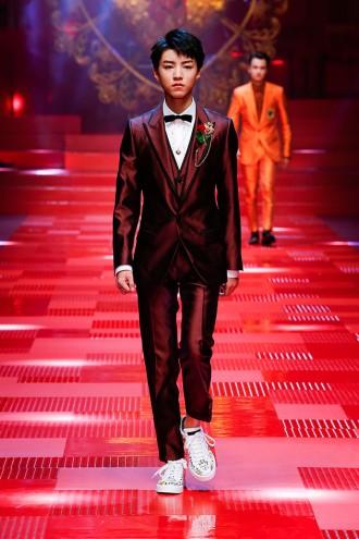 ... digital influencer, e Pablo Morais, ator (além do modelo Jhona  Burjack), a Dolce   Gabbana traz reis de copas pra sua primavera-verão 2018! 1b6d5bbd6a