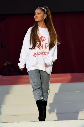 """Ariana Grande fez apenas um show depois da tragédia de Manchester e antes desse que vai rolar no Rio nessa semana: o """"One Love Manchester"""", pra arrecadar dinheiro pras vítimas do atentado. Ela apareceu assim, de moletonzão bem oversize. Vem ver mais do estilo da cantora"""