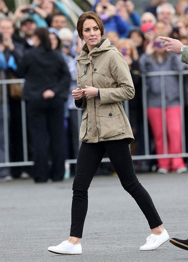 Kate Middleton tem um tênis preferido - olha pro pezinho dela...