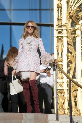 Celine Dion na saída do desfile de Giambattista Valli - ela é uma das muitas famosas que escolheu um look curto. Será que os dias de mídi acabaram? Clica pra ver mais!