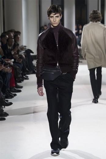 A pochete da Hermès desfilada no outono-inverno 2017/18 - coleção que chega às lojas agora! Veja mais pochetes de luxo aqui na galeria