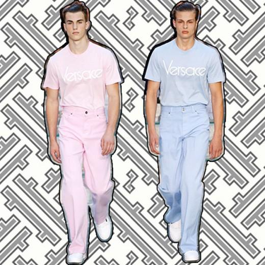 O logo é o que importa nos desfiles de primavera-verão 2018 masculinos! Na Versace, o rosa quartzo e o azul serenity ganharam camisetas com um logo antigo da marca