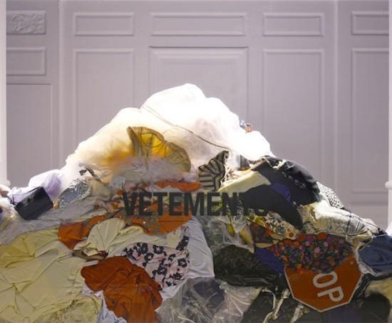 A vitrine da Vetements na Saks: uma montanha de roupa!