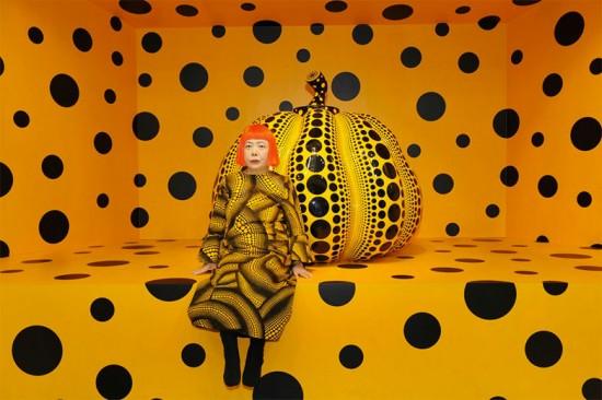 Yayoi Kusama com suas famosas bolas e uma abóbora, símbolo recorrente nas suas obras