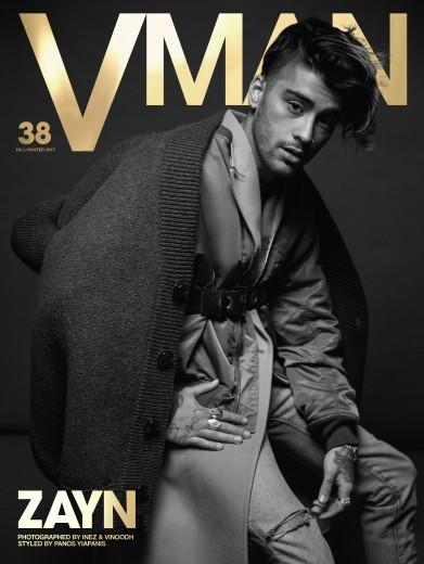 O cantor usa suéter Dsquared2, jaqueta e cinto de acervo, casaco Calvin Klein, jeans e jóias do próprio Zayn