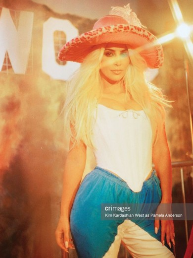 """Kim Kardashian encarna Pamela Anderson na nova edição da """"CR Fashion Book"""" - vem ver mais!"""