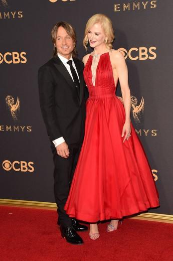 Keith Urban e Nicole Kidman - ela de vermelhão Calvin Klein. Reparou no detalhe prata no decote de Nicole, né? Vem ver mais!