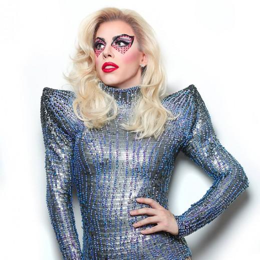 Penelopy Jean com o look que Lady Gaga usou em sua performance no Super Bowl